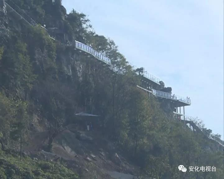 神仙岩风景区是云台山茶旅集团旗下安化云景旅游开发有限公司精心打造的集休闲、娱乐、旅游、养生于一体的综合性风景区。目前,正处于建设中的景区每天吸引着来自全国各地的游客。《重点工程巡礼》今天播出《神仙岩风景区:云台山上的蓬莱仙境》。       神仙岩风景区坐落在美丽的云台山脚下,常年云雾缭绕、茶韵清香,独具特色的自然景观让身处其境的游客不得不赞叹大自然的鬼斧神工。       整个神仙岩景区由玻璃栈道、索道缆车、攀岩、人工瀑布与自然瀑布组成的瀑布群、观景水库、独具梅山特色的木质吊脚楼群、奇峰怪石、原生